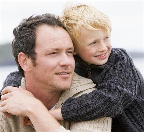 TI_GRAVIDE_Kognisjon og foreldreskap_Father and son at beach smiling_dreamstime_xl_5937288